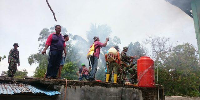 Kipan B Yonis Raider Khusus 136 /TS Bantu Padamkan Kebakaran Rumah Warga