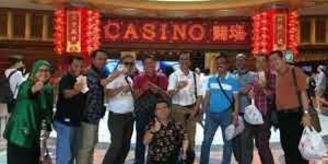 Viral di Medsos,Rombongan DPRD Sumbar Berpose di Kasino Singapura